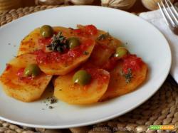 Patate con olive e salsa di pomodoro piccante