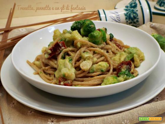 Spaghetti integrali con cavolini, broccolo e pomodorini secchi