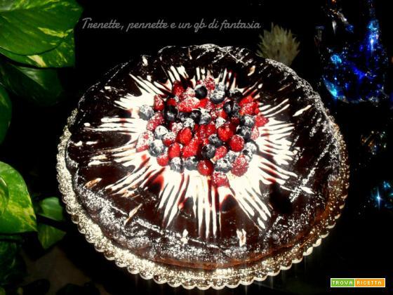 Torta al cioccolato con mirtilli e fragoline