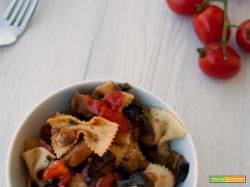 Pasta fredda mediterranea con melanzane e pomodori pachino
