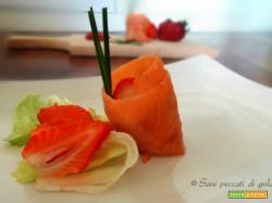 Rotolini di salmone affumicato con fragole
