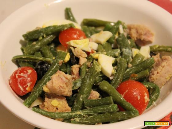 Insalata di fagiolini  con uova, tonno, olive e pomodorini