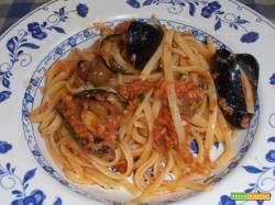 Bavette al sugo di tonno,cozze e olive taggiasche.