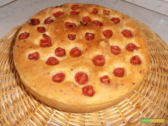 Pane all'olio e patate con rosmarino e pomodorini
