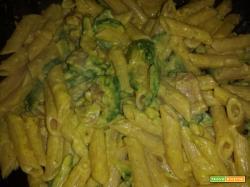 Penne al curry, zucchine, pancetta e panna