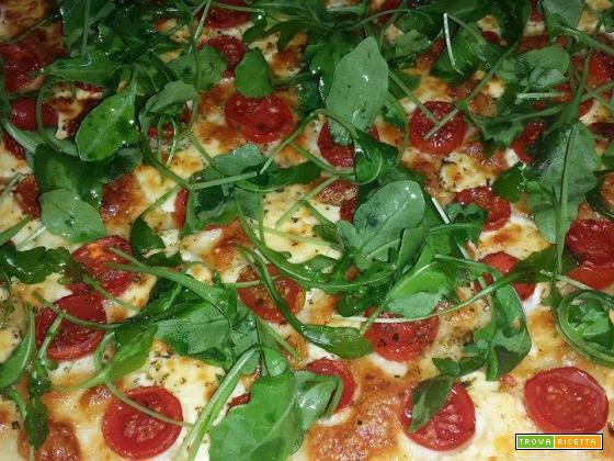 Pizza bianca rucola e pomodorini