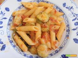 sugo di zucchine, pomodori freschi e foglie di basilico.