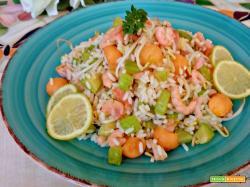 Insalata di riso con zucchine, melone e gamberetti
