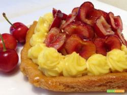 Crostata con frolla al miele, crema e ciliegie