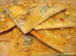 Focaccia con gorgonzola piccante e arachidi salate