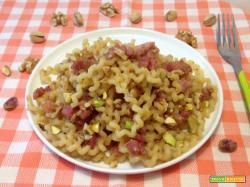 Riccioli con pancetta affumicata, noci e pistacchi
