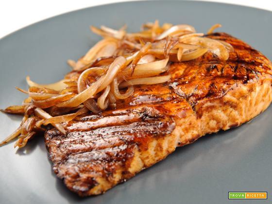 Salmone grigliato con cipolle caramellate