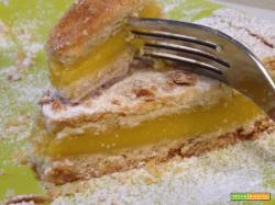 Torta con crema alle mandorle, miele e pinoli.