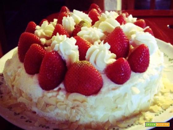 Torta crema, panna e fragole