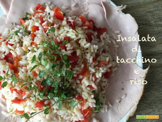 Insalata di tacchino e riso per colorare la tavola