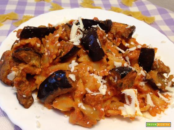 Farfalle in crema di pomodoro e pecorino con melanzane