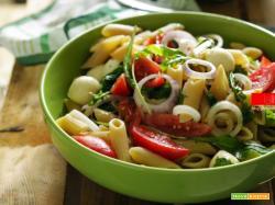 Insalata di pasta con pomodori, rucola e mozzarella