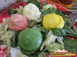 Insalata con uova colorate
