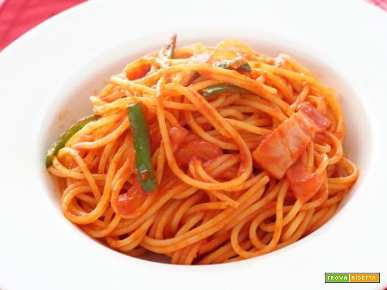 Spaghetti con peperoni, porri e pancetta affumicata