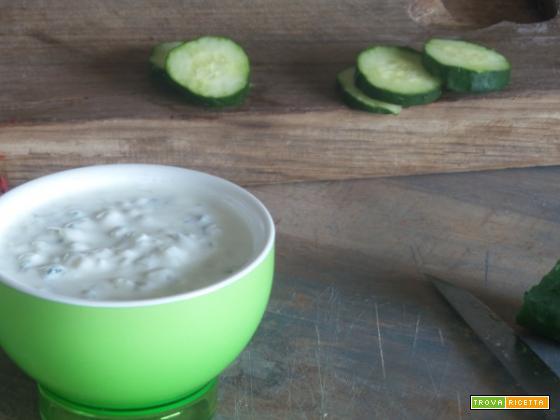 Tzatziki – una salsa tipica greca che va bene per condire della insalate estive