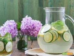 Acqua aromatizzata al limone, cetriolo e menta