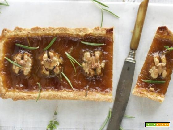 Crostata di quinoa al rosmarino con albicocche e noci