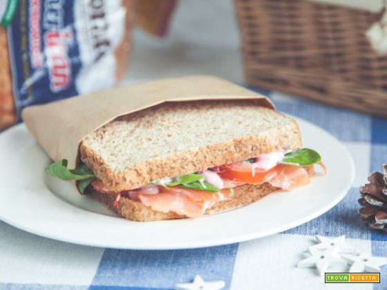 Sandwich integrale con salmone marinato e maionese di soia alla barbabietola
