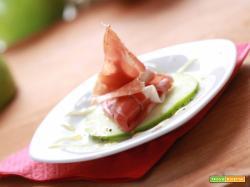 Antipasto con speck, mela verde, miele e pepe: a tutto gusto!
