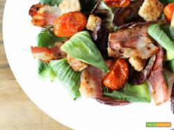 Insalata di campo con bacon piastrato di Salumi Pasini, pomodorini appassiti e crostini d'aglio