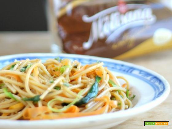 Spaghetto quadrato integrale con nastri di verdure