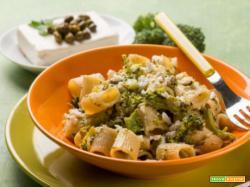 Pasta con feta, broccoli e capperi: prova con le mezzemaniche!