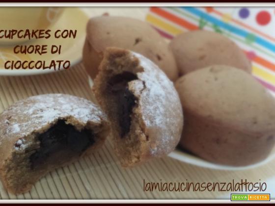 Cupcake con cuore di cioccolato senza lattosio senza uova
