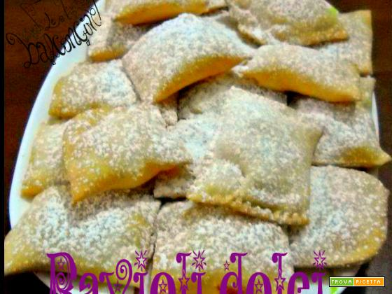 Ravioli dolci farciti con crema di ricotta