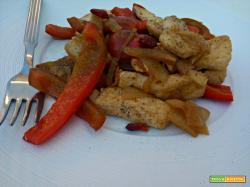 Pollo piccante con peperoni e cipolle