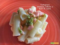 Tortiglioni salmone, robiola e fiori di zucca