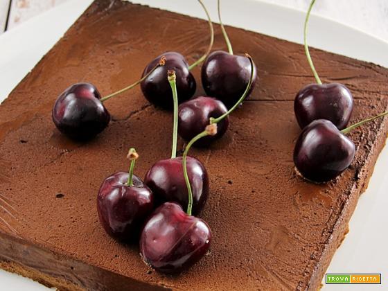 mousse al cioccolato su dacquoise alle mandorle e ciliegie