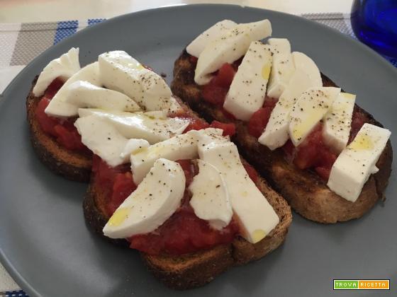 Bruschette integrali con pomodoro e mozzarella