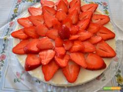Cheesecake fredda con ricotta, cocco e fragole