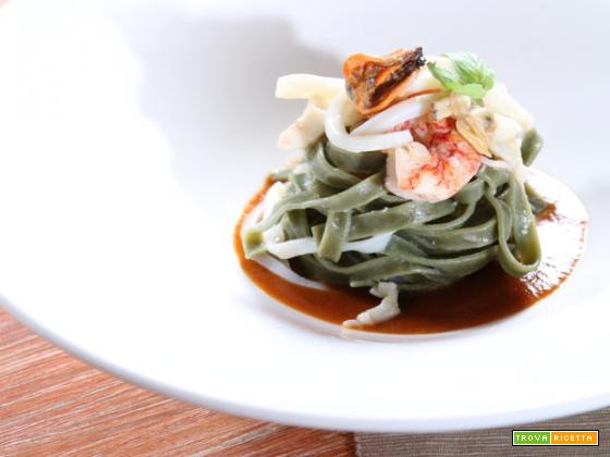 L'arte della dieta mediterranea: le tagliatelle di spirulina con gamberi rossi, cozze e seppie.