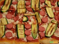 Pizza semintegrale con zucchine, mozzarella e wurstel