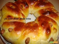 Ciambella intrecciata di pane dolce