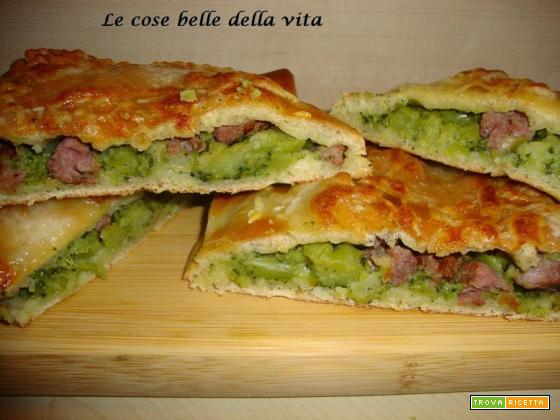 Pizza ripiena con broccoli e salsiccia