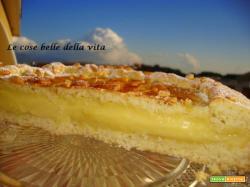 Crostata ripiena di crema profumata a limone e pinoli