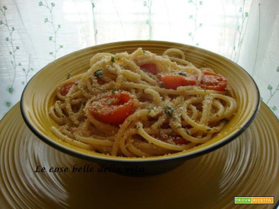 Spaghetti con pomodorini, briciole di pane e  acciughe