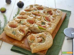Focaccia integrale senza impasto con fichi, gorgonzola e noci