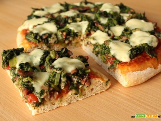 Pizza con erbette, pancetta e mozzarella
