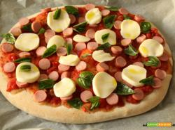 Pizza con wurstel, pomodoro, scamorza e lievito madre