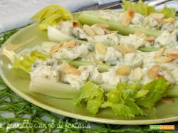 Barchette di sedano con formaggi cremosi e mandorle