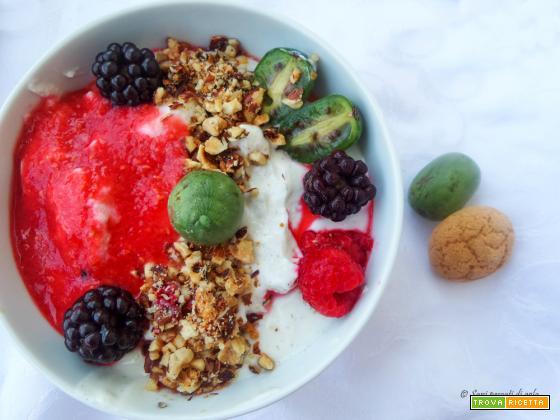 Coppa di yogurt alla vaniglia con baby kiwi, coulis di lamponi e croccante alle nocciole