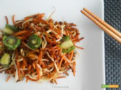 Wok di verdure e germogli di soia con  baby kiwi